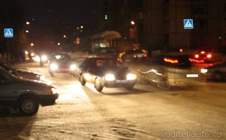 водители автомобилей вечером