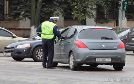 водитель и инспектор ГИБДД