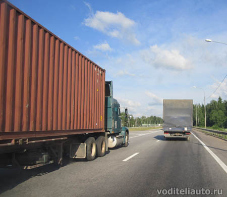 движение большегрузов по трассе