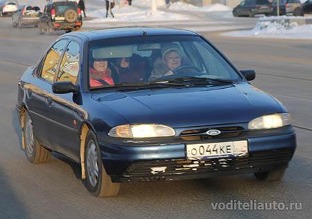 водитель автомобиля за рулем