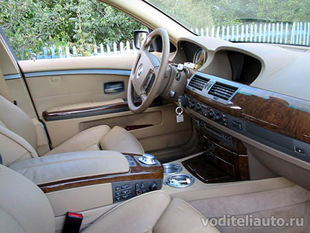 в салоне автомобиля BMW 745Li