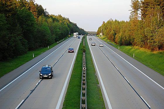 разделительная полоса на автомагистрали