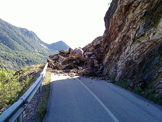 обвал камней на дороге