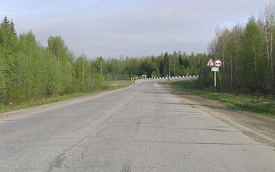 крутой поворот дороги ограничивает видимость