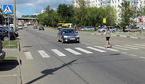 водитель автомобиля пропускает пешехода