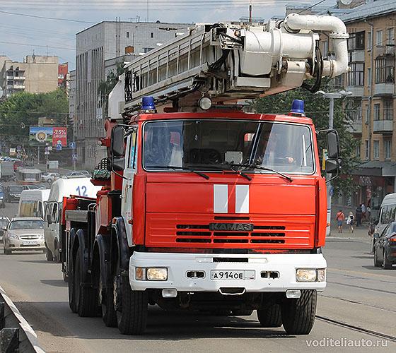 пожарная машина с маячком синего цвкта