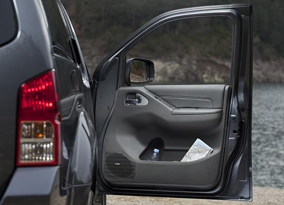 Открытая дверь автомобиля