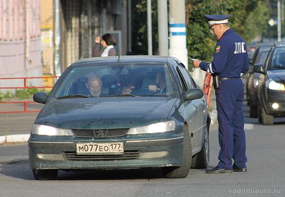 Проверка водительского удостоверения инспектором ГИБДД