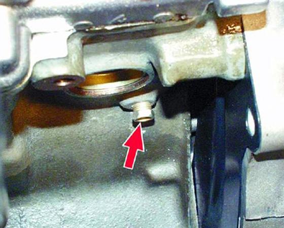 сливная пробка охлаждающей жидкости на блоке двигателя