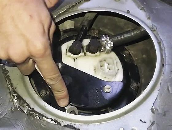 демонтаж ДУТ со стороны салона автомобиля