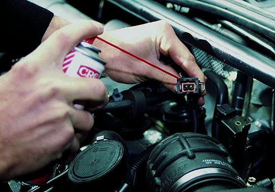 обработать контакты от окисления в автомобиле специальным средством в виде спрея
