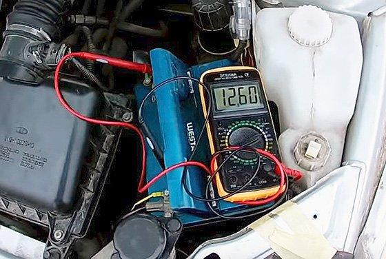 ошибка P1602 ВАЗ 2110 - проверка напряжения на АКБ