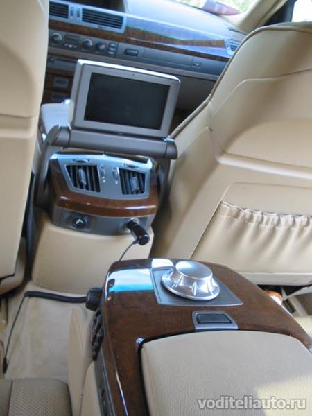 на задних сиденьях BMW 745Li