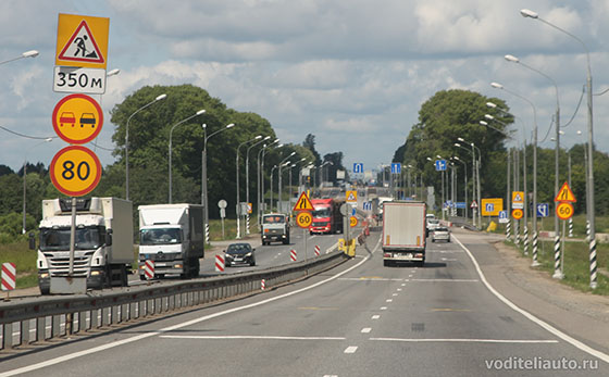 предупреждающие знаки дорожного движения предлагают водителям быть особо внимательными