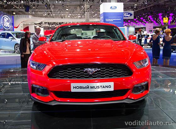 Вид спереди на автомобиль Форд Мустанг 2015, фото