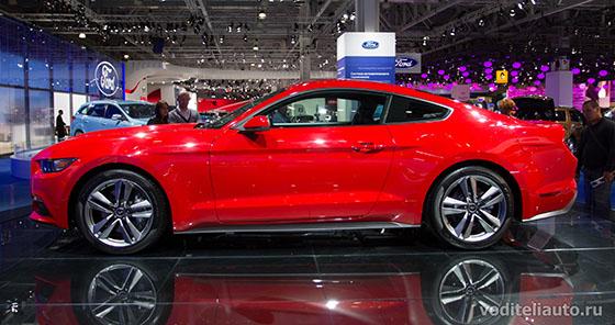 Вид сбоку на новый Ford Mustang 2015