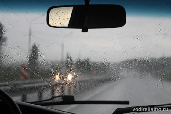 на автомобиле в дождь