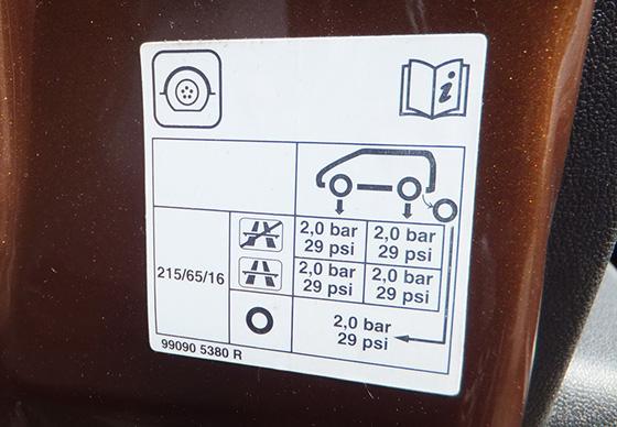давление в шинах на разные оси автомобиля - таблица на дверях