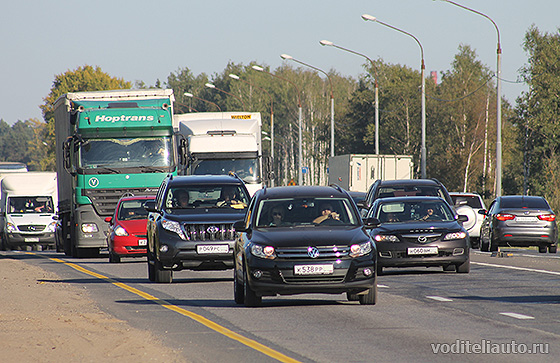 водители автомобилей на дороге