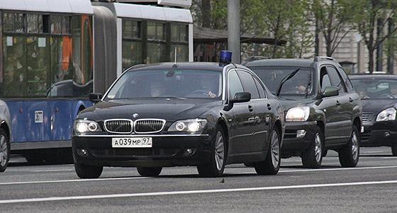 автомобиль с синими проблесковыми огнями, но не снабжен цветографическими схемами