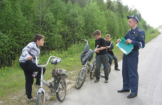 дети на дороге на велосипедах