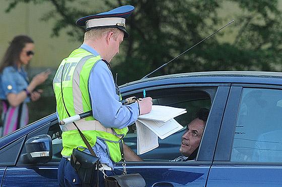 автомобиль остановил инспектор ГИБДД