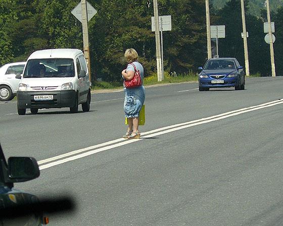 пешеход на дороге