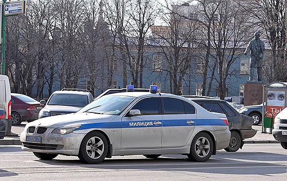 автомобиль спецсопровождения с синими проблесковыми огнями