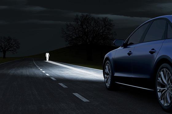 свет фар автомобиля на дороге
