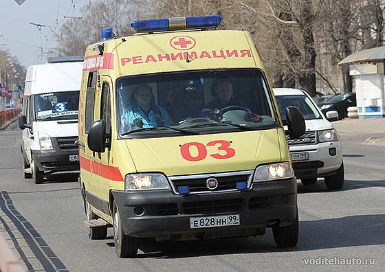 автомобиль скорой помощи с маячком синего цвета