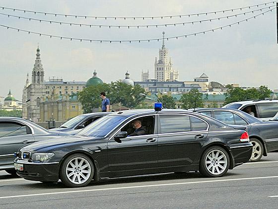 """Автомобиль представительского класса с """"синим ведерком"""""""