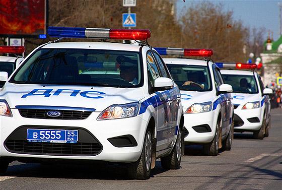 Машины ГИБДД с маячками синего и красного цвета