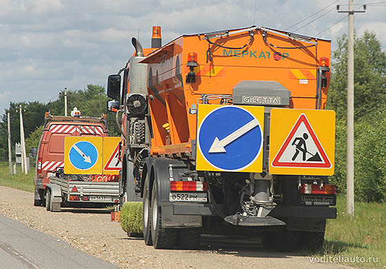автомобиль дорожной службы с маячком оранжевого цвета