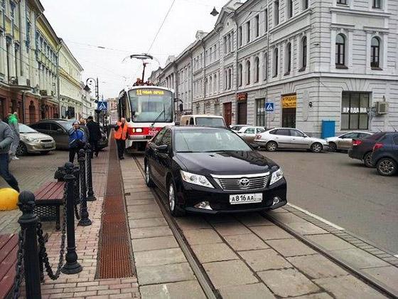 Фото стоянка автомобиля на трамвайных путях