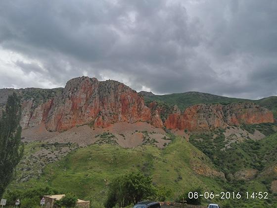Красивые горы по дороге в Армении
