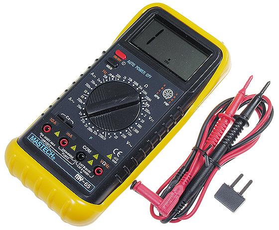 Мультиметр для измерения напряжения нового автомобильного аккумулятора